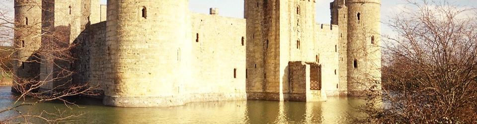 Zamek Bodiam otoczony fosą.